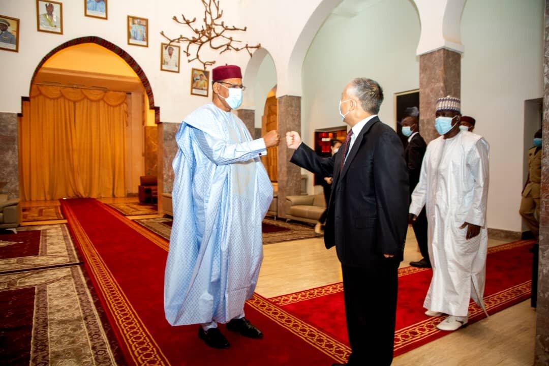 Le Président de la République, Chef de l'Etat, SEM Mohamed Bazoum, a reçu jeudi 8 avril 2021, le Chargé d'Affaires de l'Ambassade de la République Populaire de Chine au Niger, M. Guo Xueli.
