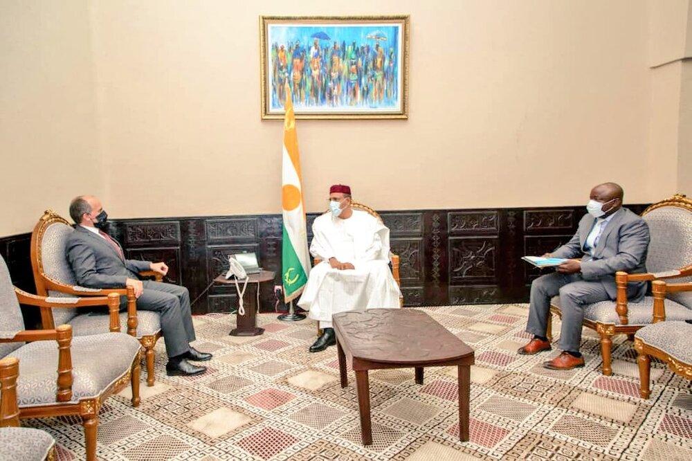 Le Président de la République, Chef de l'Etat, SEM Mohamed Bazoum, a reçu mardi 13 avril 2021, l'Ambassadeur de France au Niger, M. Alexandre Garcia, porteur d'une lettre de félicitations.