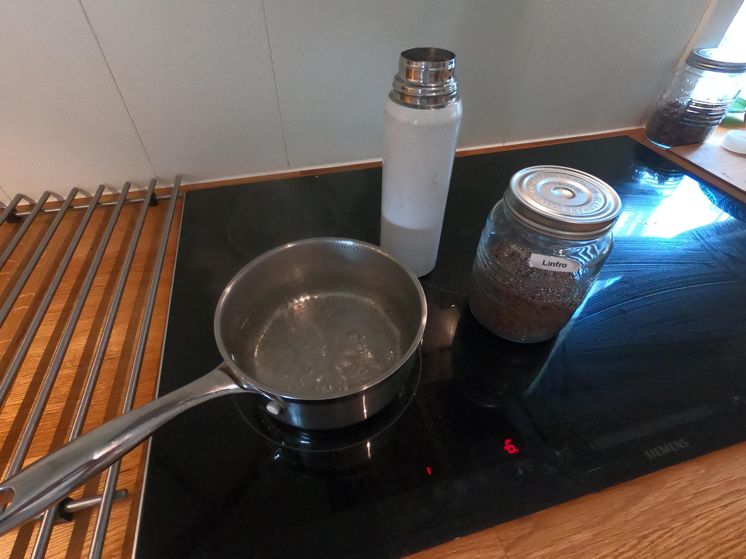 - Fyll en termos med vann. Hell over på kjele og tilsett 2ss med linfrø (økologisk). Rør litt mens det småkoker i 15minutter.