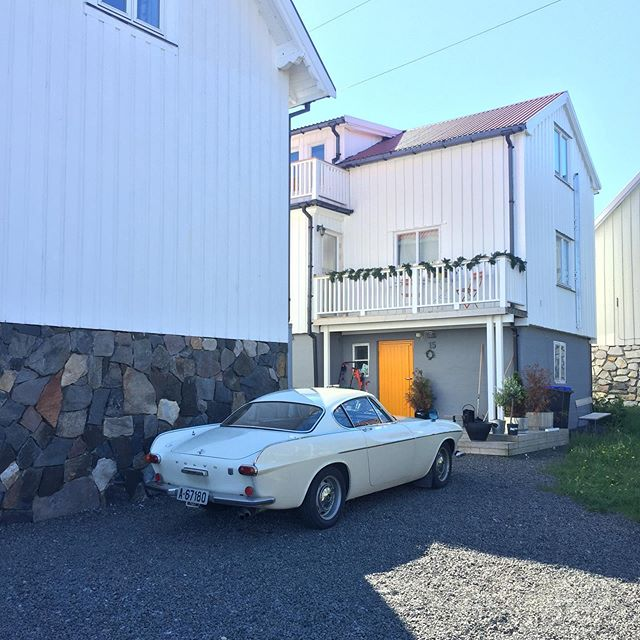 Fancy #Volvo #p1800 #oldtimer in #henningsvær on #lofoten #norway #norwaybynature #lofotenislands #arcticstyle