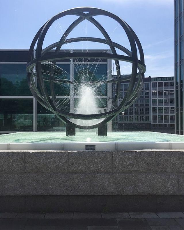 #globusbrunnen #hamburg #hamburgsüd #willybrandtstrasse #hamburgmitte #kulturdenkmal #cäsarpinnau #architecture #reedereihamburgsüd #springbrunnen #kurtkranz #oetker #weltkugel #fountain #globe