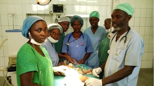 La Dr Makambila entourée de son équipe à Pointe-Noire