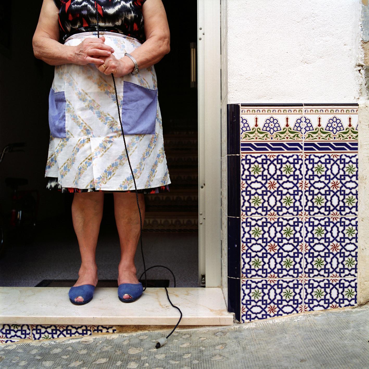 Sur le pas de la porte à Quesa, près de Valence (Espagne)