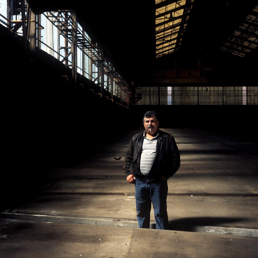 Manu, ancien soudeur sur le lieu même de son poste de travail dans l'usine Stein abandonnée (Lys-lez-Lannoy)