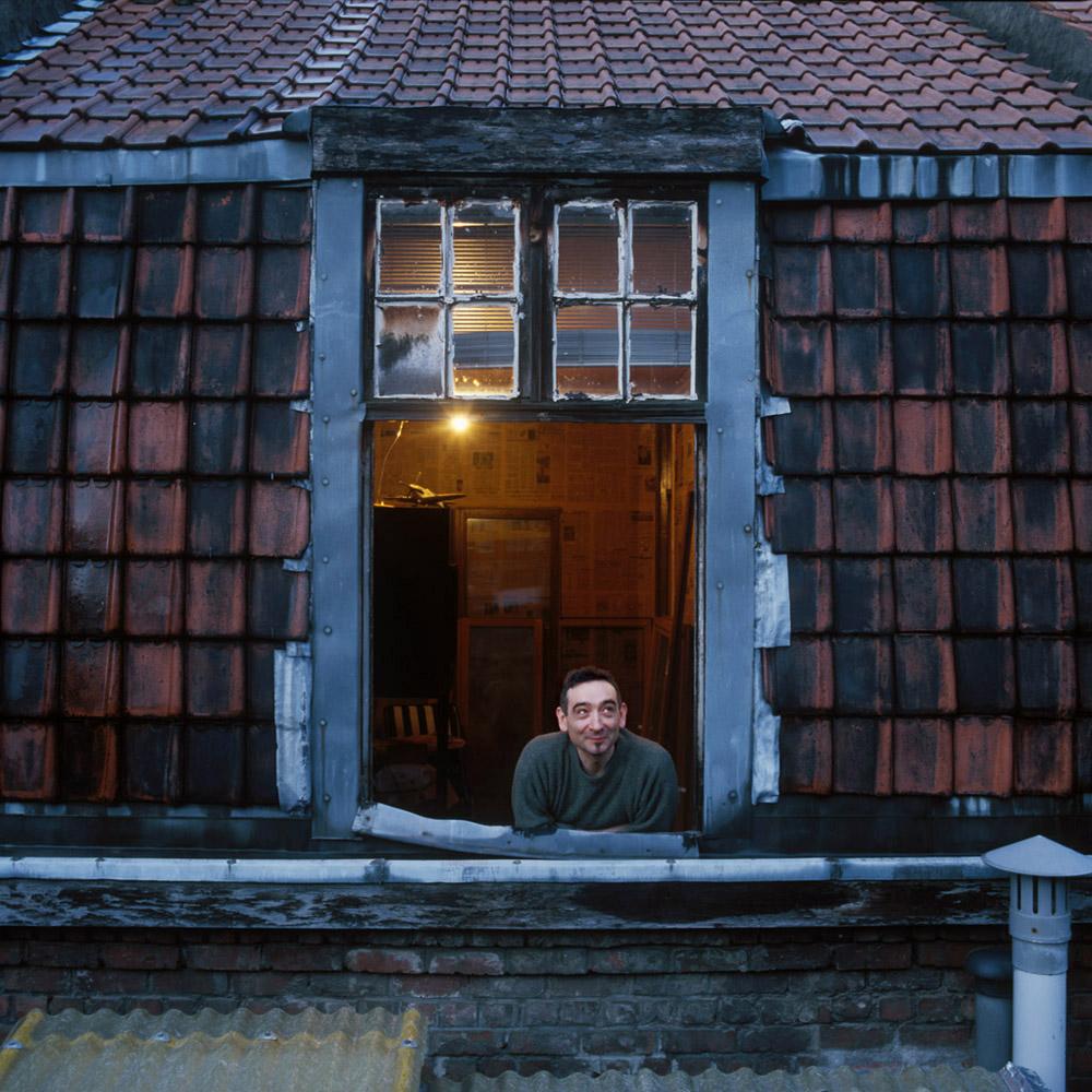 François Lestrade, scénographe et sculpteur, à sa fenêtre