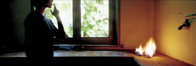 Dans le théâtre abandonné, une jeune femme invente ou rêve les rôles qu'elle pourra interpréter à l'ouverture..