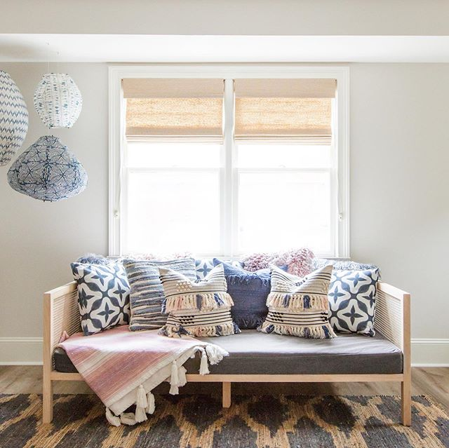 This multi-layered space is an example of how texture (pillows, throw, rug) can update/transform any neutral backdrop.....And who doesn't love a #daybed for hanging out and overnight guests?! Swipe 👉 to see before #beforeandafter #9designroswell