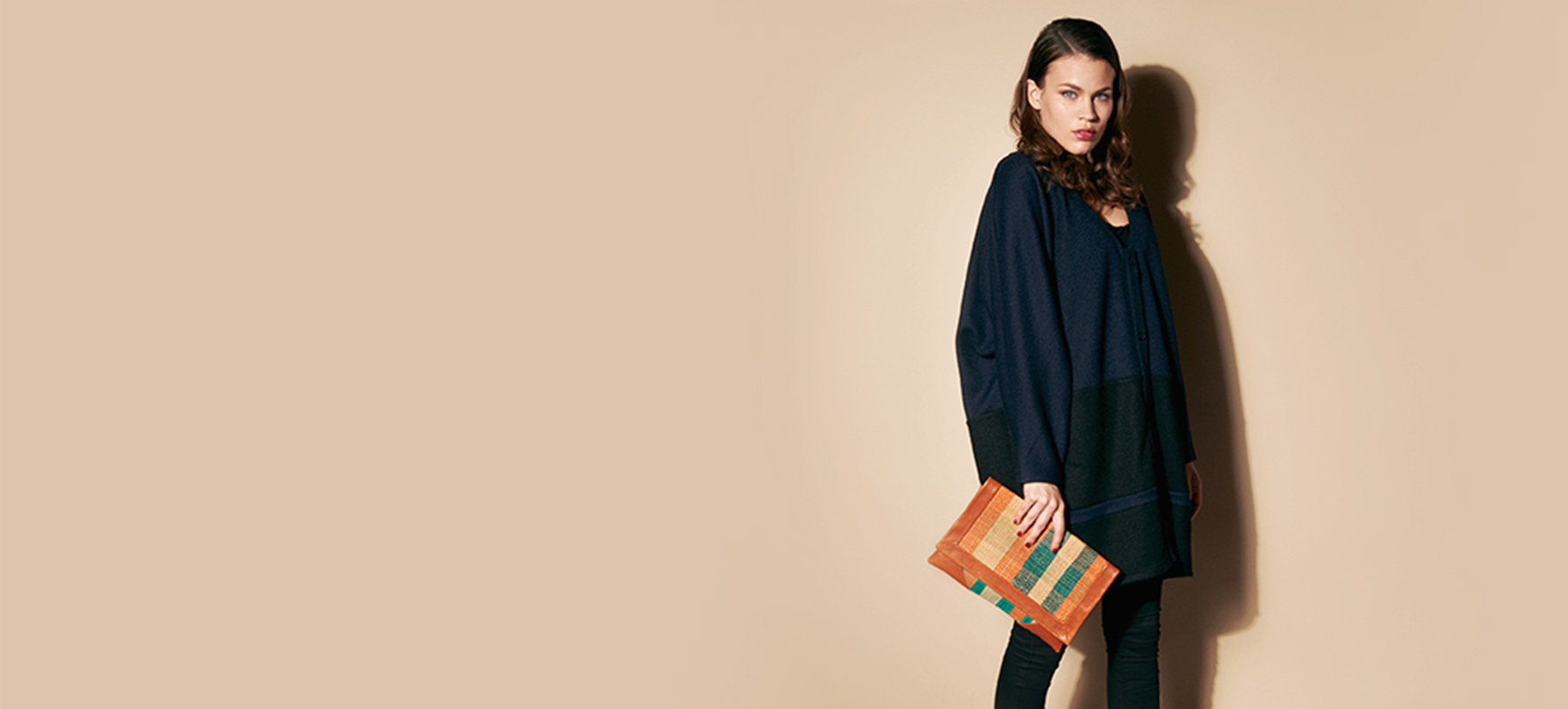 wool-coat-woman-bicolored-leather-raphia-clutch.jpg