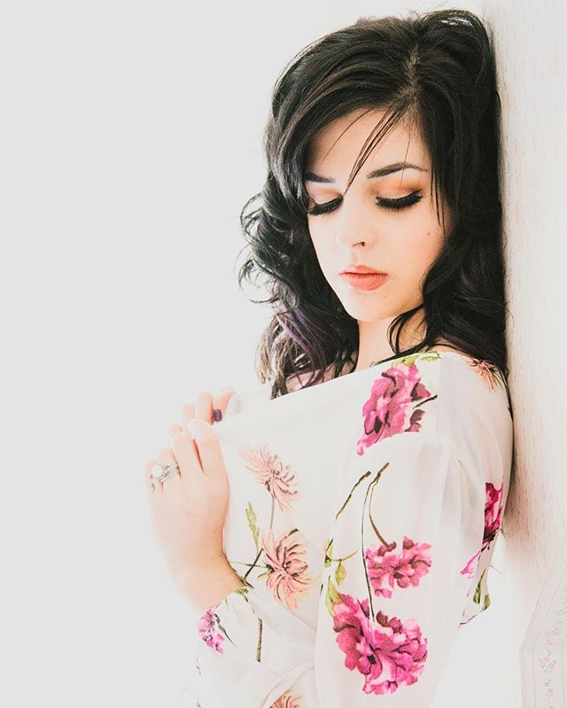 Florals and @deirdre_arruda are one gorgeous mix 🌸 #boudoir #maineboudoir #boudoirphotography #florals #body #bodylove #gorgeous #adore #beautyandboudoir #light #portrait #stunning