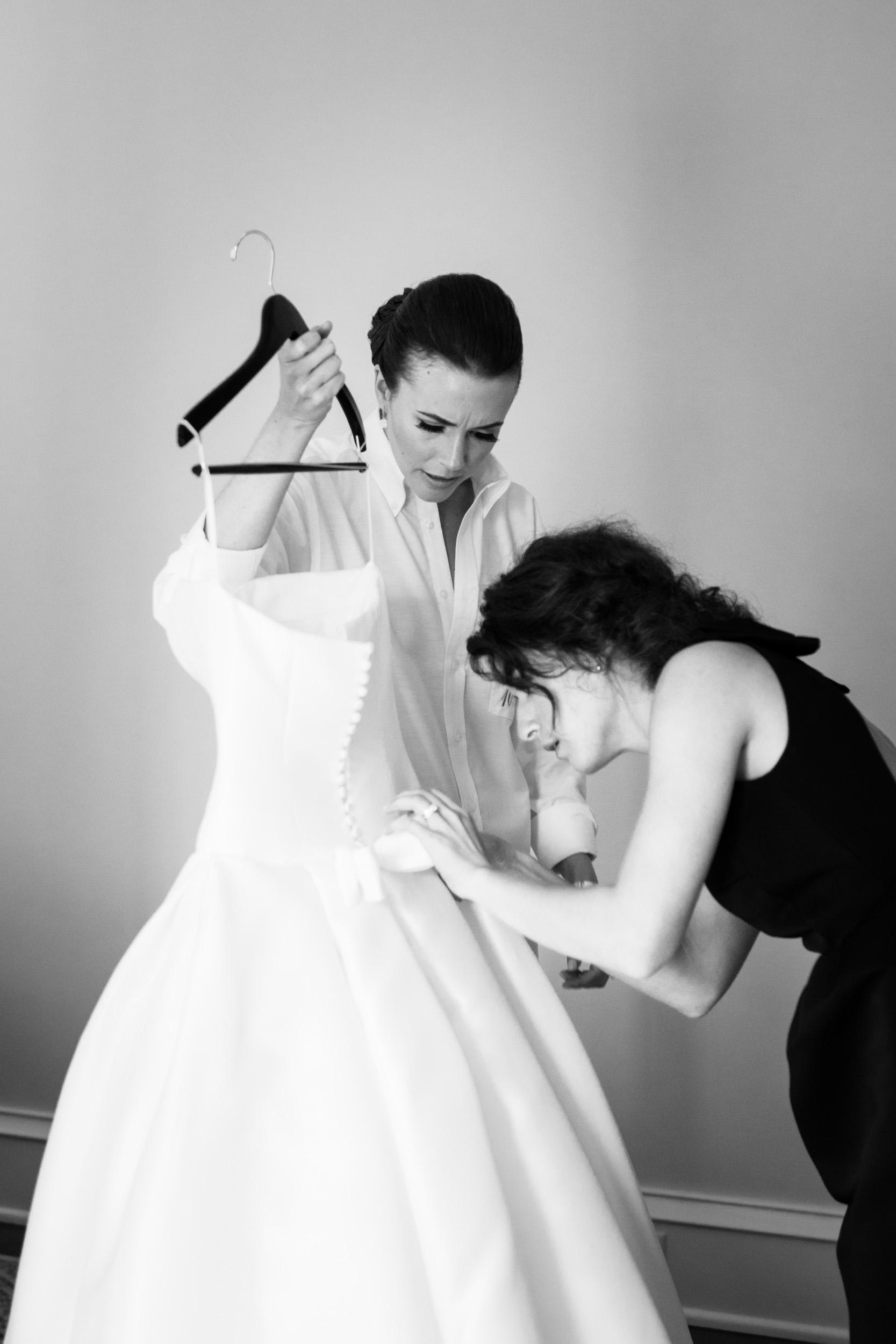 kiawah island bride dressing for wedding