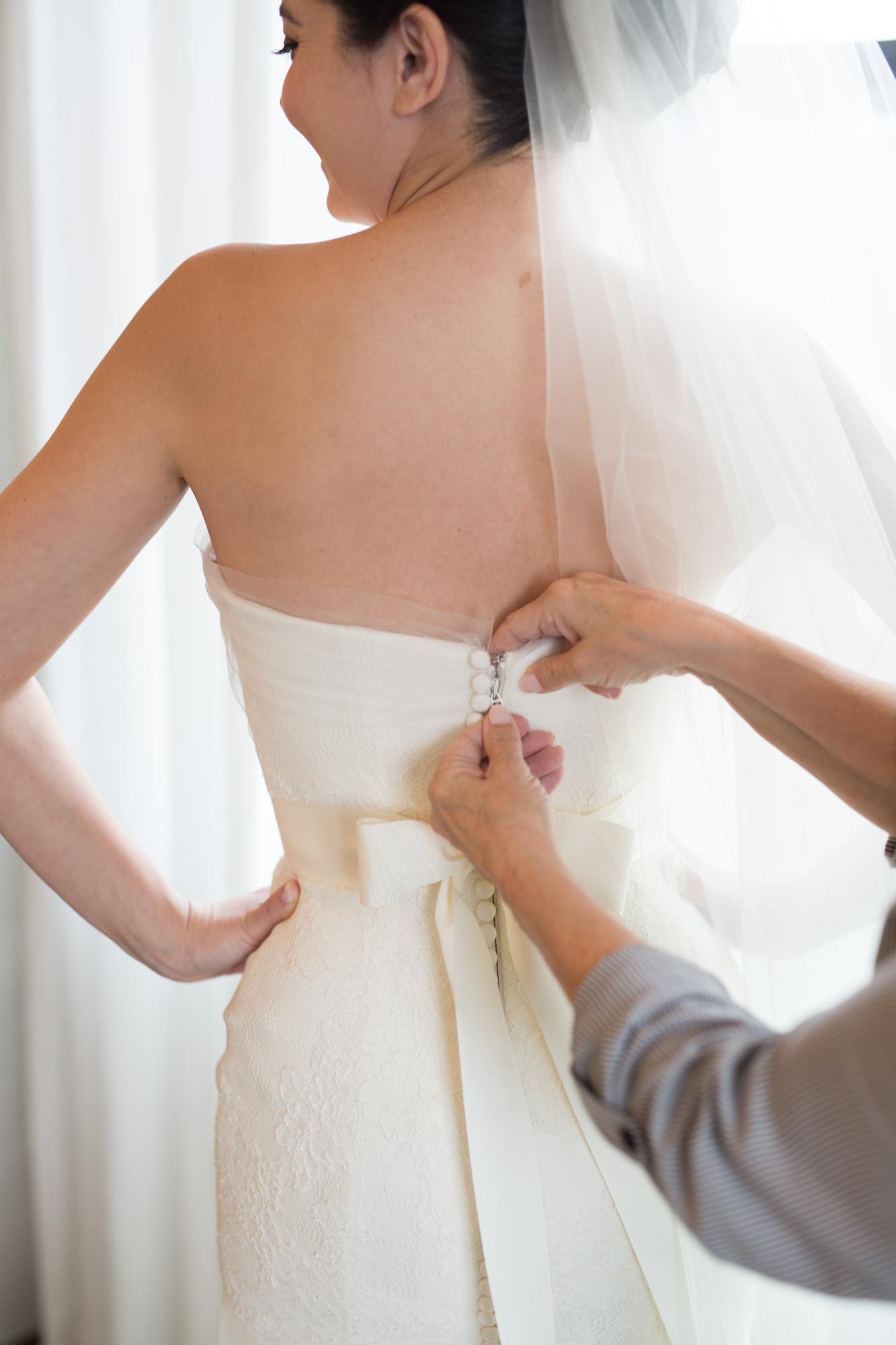 Bride gets ready for Adler Planetarium wedding at InterContinental Chicago