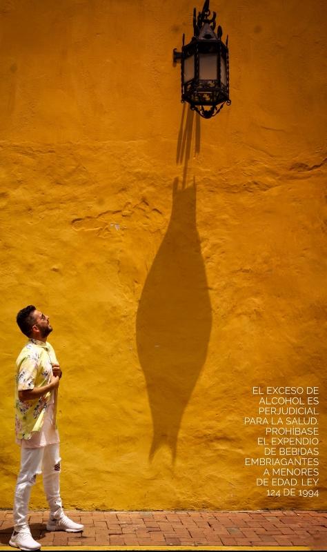 @LuchoAlkilados charlando con su nueva mejor amiga, la lámpara... ¬¬