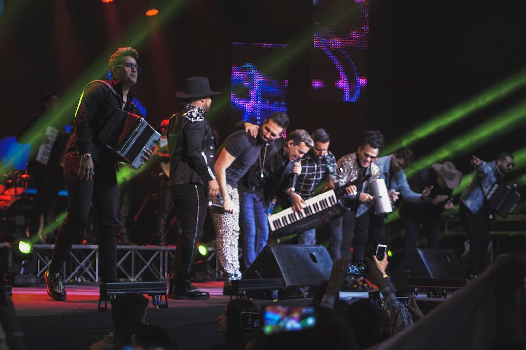 yeison_jimenez - Anoche cantamos Aventurero al ritmo de @grupokvrassoficial@alkilados y @jhonofre 💥💥💥 que honor, poder contar con ustedes muchachos 🙏🏻