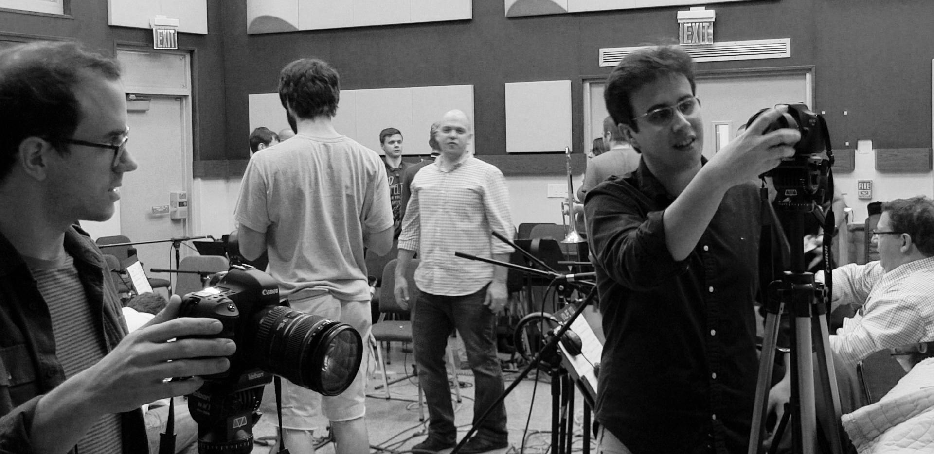 Rafael Piccolotto de Lima preparando cameras e dirigindo a equipe de vídeo momentos antes de gravação na Universidade de Miami. 2016.
