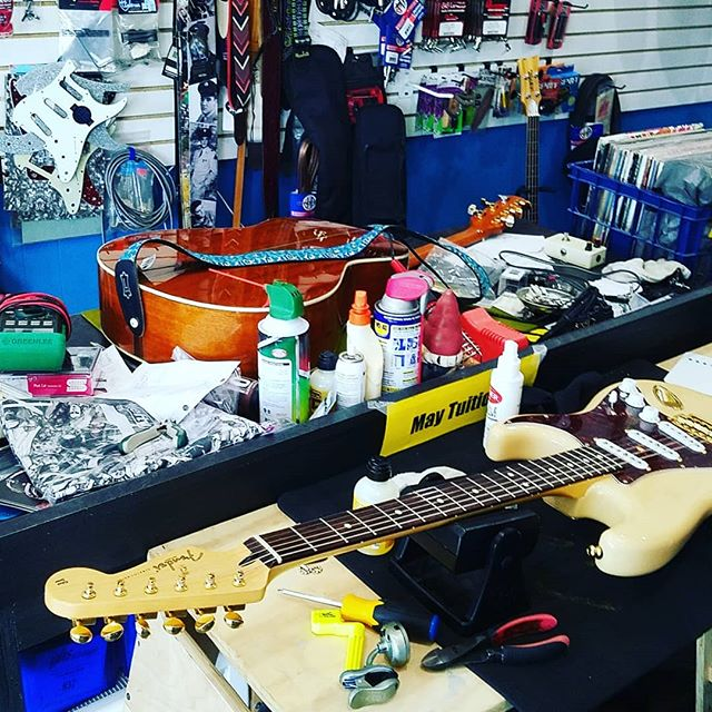 Busy day at stonegrove, we had to set up a SECOND workbench because one just isn't punk rock enough for Saturday. . . . . . @michaelmacmusic #dual #guitartech #restring #setup #hardware #replacement #soldering #tintheiron #majungas @majungastheband #stonegrove #stonegroveguitar #stonegrovesound #chicagoguitarshop #tone