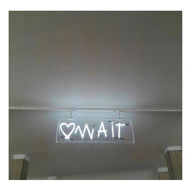 Dipende dal punto di vista.  #InTheMoodForLoveRome è la scultura luminosa ad opera di @rubkandy , visibile negli spazi della stazione Cavour.  Ph. [Ig] @jessica_castellano  Un progetto di @atacroma in collaborazione con @nufactory_creative_agency , partner 2018 @cortiledeigentili  BIT Regeneration #artstopmonti|www.artstopmonti.com  #atac #atacroma #nufactory #cortiledeigentili #rubkandy #arte #art #contemporaryart #tiamo #artist #light #lightsculpture #neon #neonartist #sculptureart #metropolitana #metroroma #installation #installationart #installazione #urbanexplore #placestosee