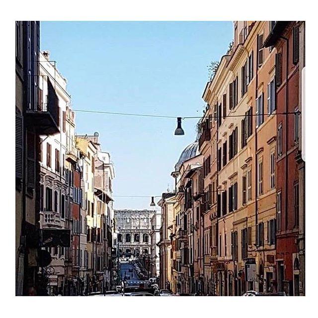 Postcard from Rione Monti. Sapete dire qual è il nome della via che regala questa vista?  Ph. @gaja3  Un progetto di @atacroma in collaborazione con @nufactory_creative_agency , partner 2018 @cortiledeigentili  BIT Regeneration #artstopmonti|www.artstopmonti.com  #roma #rome #rionemonti #roma_bestphoto #romeitaly #roma_cartoline_ #romecity #romecityworld #romecityguide #italy #italian_city #italian_trips #italia_inunoscatto #italia_landscape #landscapephotography #photography #cityphotography #urbanphotography #discoveritaly #explorecreate #scorci_italiani #streetphotography #stradediroma #explorerome