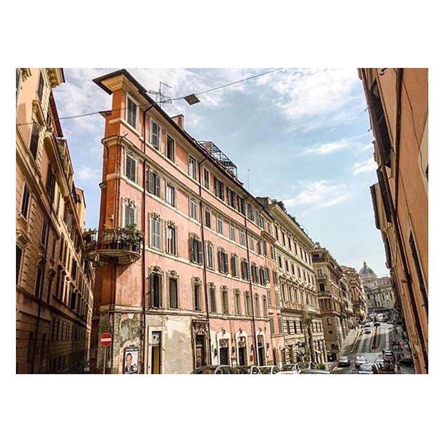 [RIONE MONTI]  Quanti di voi riconoscono questo scorcio e sanno dirci qual è il nome della via che lo accoglie?  Ph. @ijffoto  Un progetto di @atacroma in collaborazione con @nufactory_creative_agency , partner 2018 @cortiledeigentili BIT Regeneration #artstopmonti|www.artstopmonti.com  #roma #rome #romeitaly #roma_bestphoto #romecityworld #italy #italy_hidden_gems #italy_creative_pictures #italy_landscapes #italia_inunoscatto #architecture #architecturephotography #urbanphotography #urbanexplorers #streetshoot #vicoloofficial #rionemonti #discoveritaly #exploring