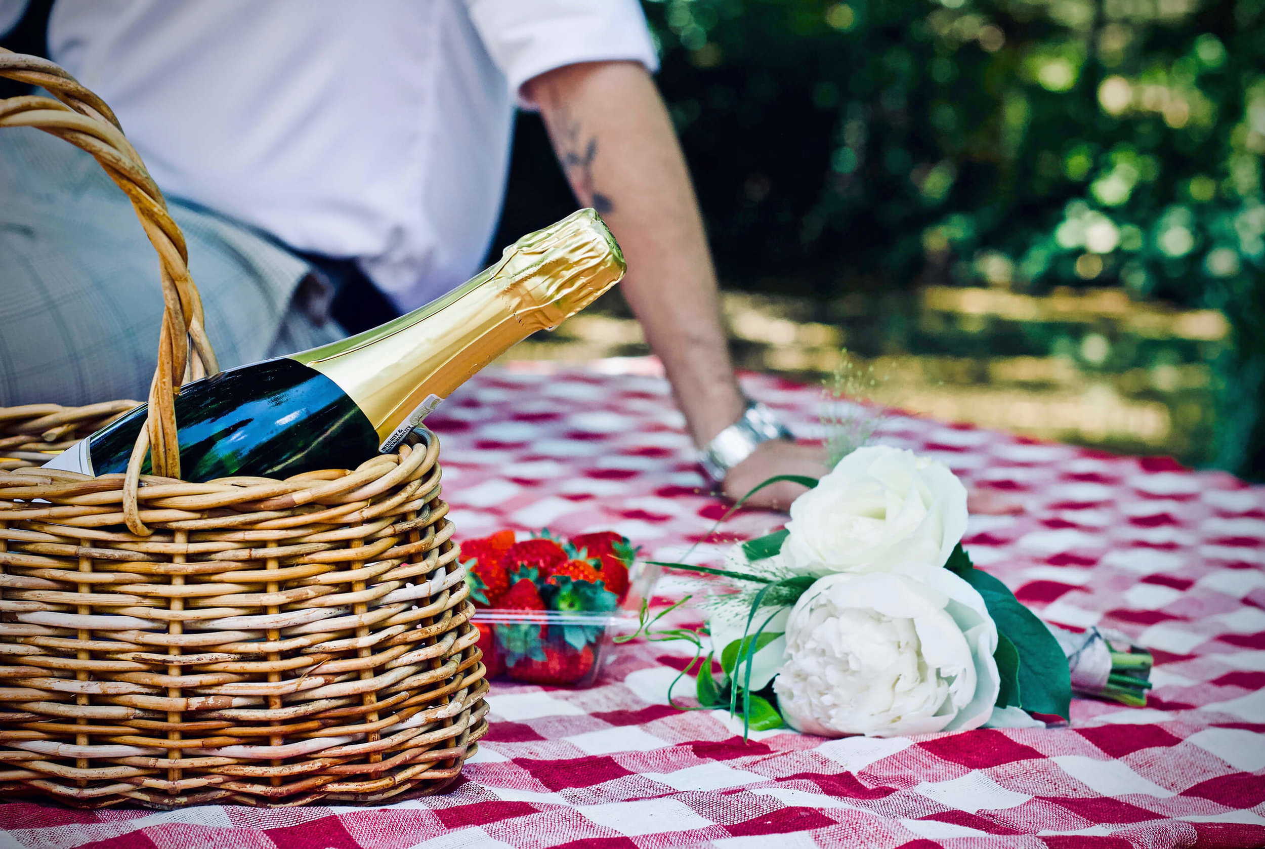 one of the best cheap date ideas is a romantic picnic