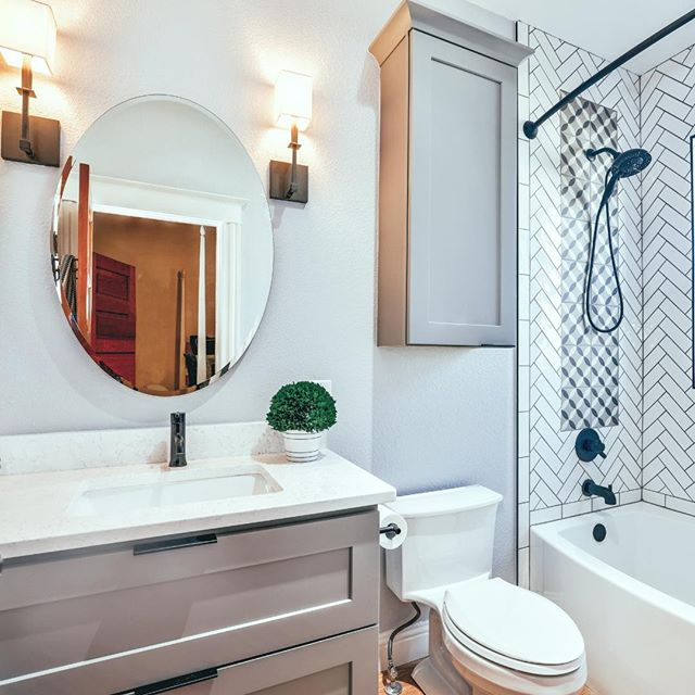 Oh hi, we'll just be over here admiring this clean, fresh space! ⠀ .⠀ Maybe a little bathroom refresh is on the to-do list for the weekend? Clearing surfaces and using trays or small bins to corral your favorite products can help make your bathroom feel cleaner and more put-together. 👍 ⠀ .⠀ #bathroomgoals #sofreshandsoclean #homeorganizing #homeorganization #organizing #organization #bathroomorganization #bathroom #cleanspace #simplify #simplehome #organizedhome #getorganized #organizingtips #professionalorganizers