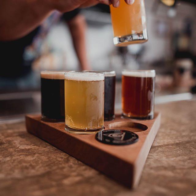 Jueves! Y ya se vale echar unas cervezas 🍺 A partir de las 6:00pm los esperamos en nuestro Taproom! Hoy GIN en $100.00 para los que no tengan sed de chela. Ven a disfrutar de una deliciosa cerveza artesanal en nuestro Taproom! #beer #cerveza #craftbeer #cervezaartesanal #consumelocal #cholula #puebla #apoyatucervecerialocal #taproom #tastingroom #brewery #cerveceriabilderberg #beerflight