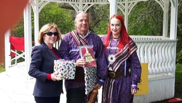 Winner of the Best Ambassador award presented by Kim Rudd to Ottawa-Gatineau's Daniel Richer de la Fleche and his partner Julie Dudley