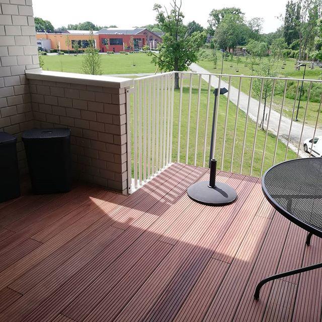 Het volgende terras op het balkon is klaar. Deze is in red cumaru. #metowood #balkon #terras #redcumaru #tropischhardhout #houtenterras #zonnig