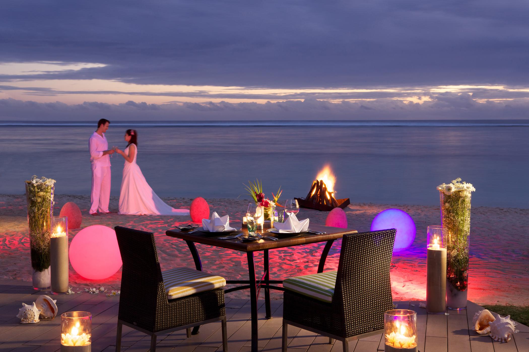 Romantic-Dinner-on-the-Beach-Sugar-Beach_2100x1400_300_RGB.jpg