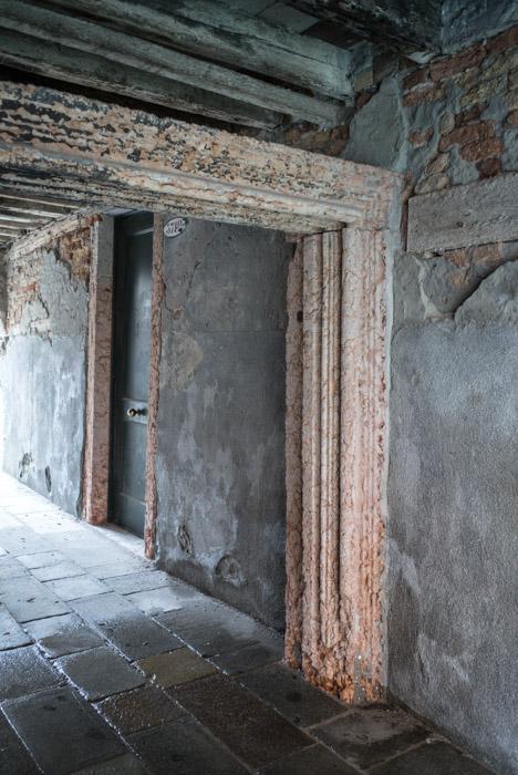 Ciò che resta della porta acquea dell'antico palazzo che diede i natali a Papa Paolo II nel 1417.