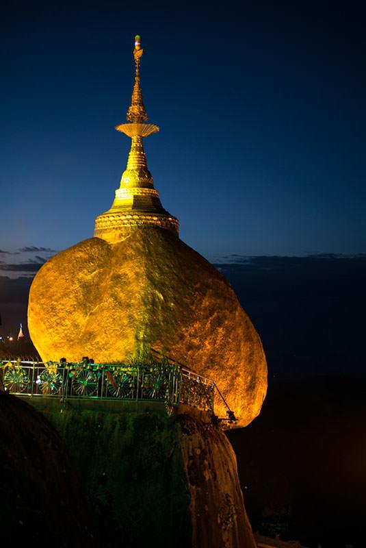 Le-rocher-d'or-en-Birmanie.