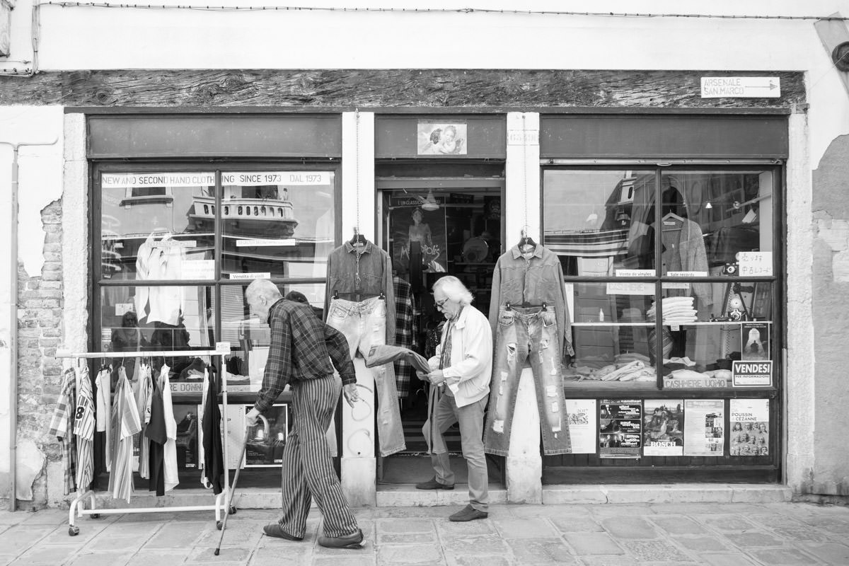The shop of Aldo Strasse from outside.