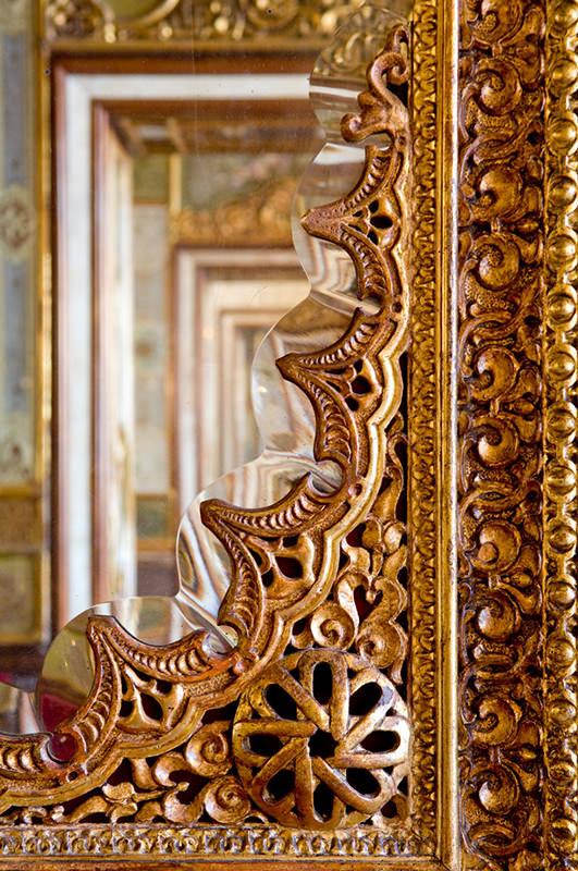 Le détail d'un miroir dans la salle Orientale