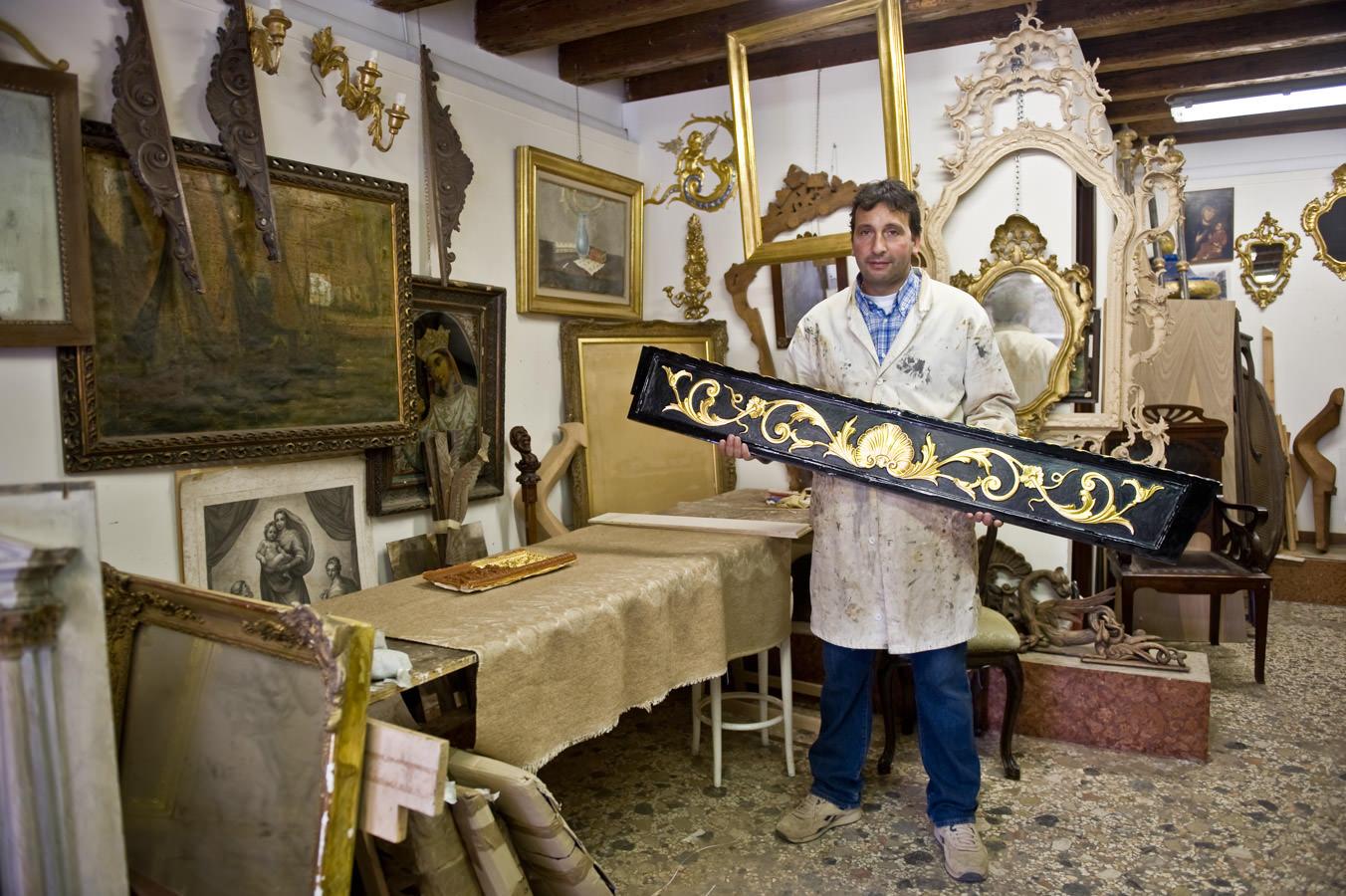 """The """"Indoradòr"""" in his workshop"""