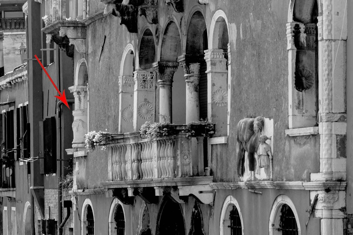 La facciata di Palazzo Mastelli lungo il rio della Madonna dell'Orto.