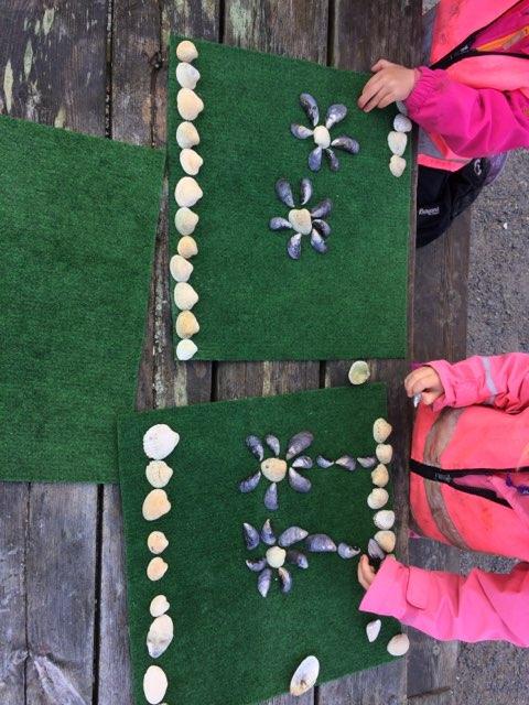 Her lages det kunst av skatter som er funnet i fjæra. Foto: Beitstad barnehage.