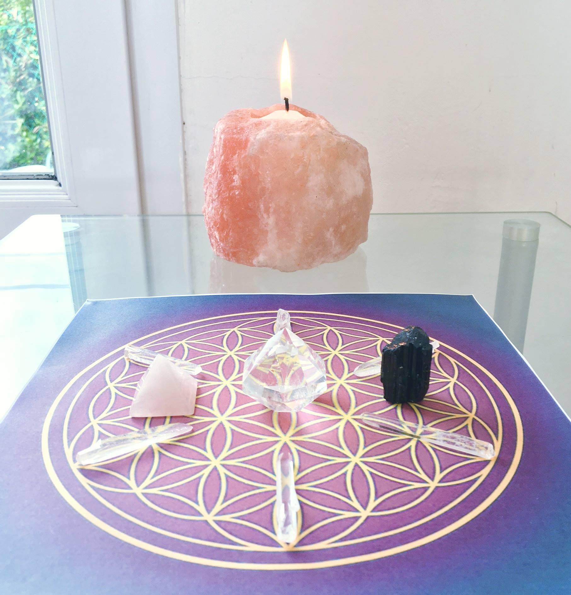 LITHOTHERAPIE - La Lithothérapie est une médecine douce visant à re-connecter une personne à son potentiel de pleine santé à travers l'utilisation de cristaux et de pierres précieuses et semi-précieuses. Les cristaux sont des clefs vibratoires nous permettant d'accéder à nos propres potentiels déjà présents en nous.