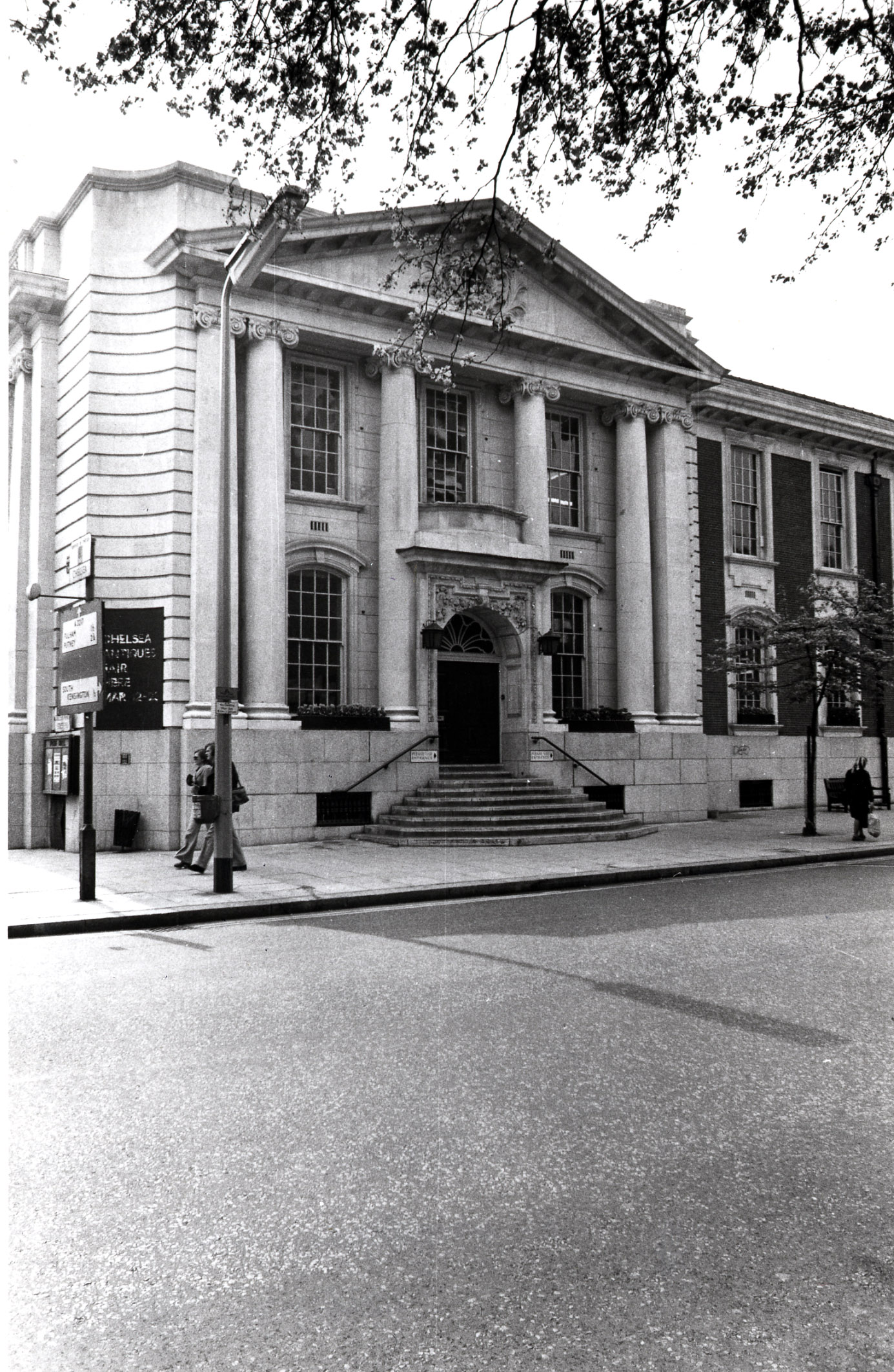 Kings Road - south side, east entrance of Chelsea Old Town Hall 1974 KS 4453.JPG
