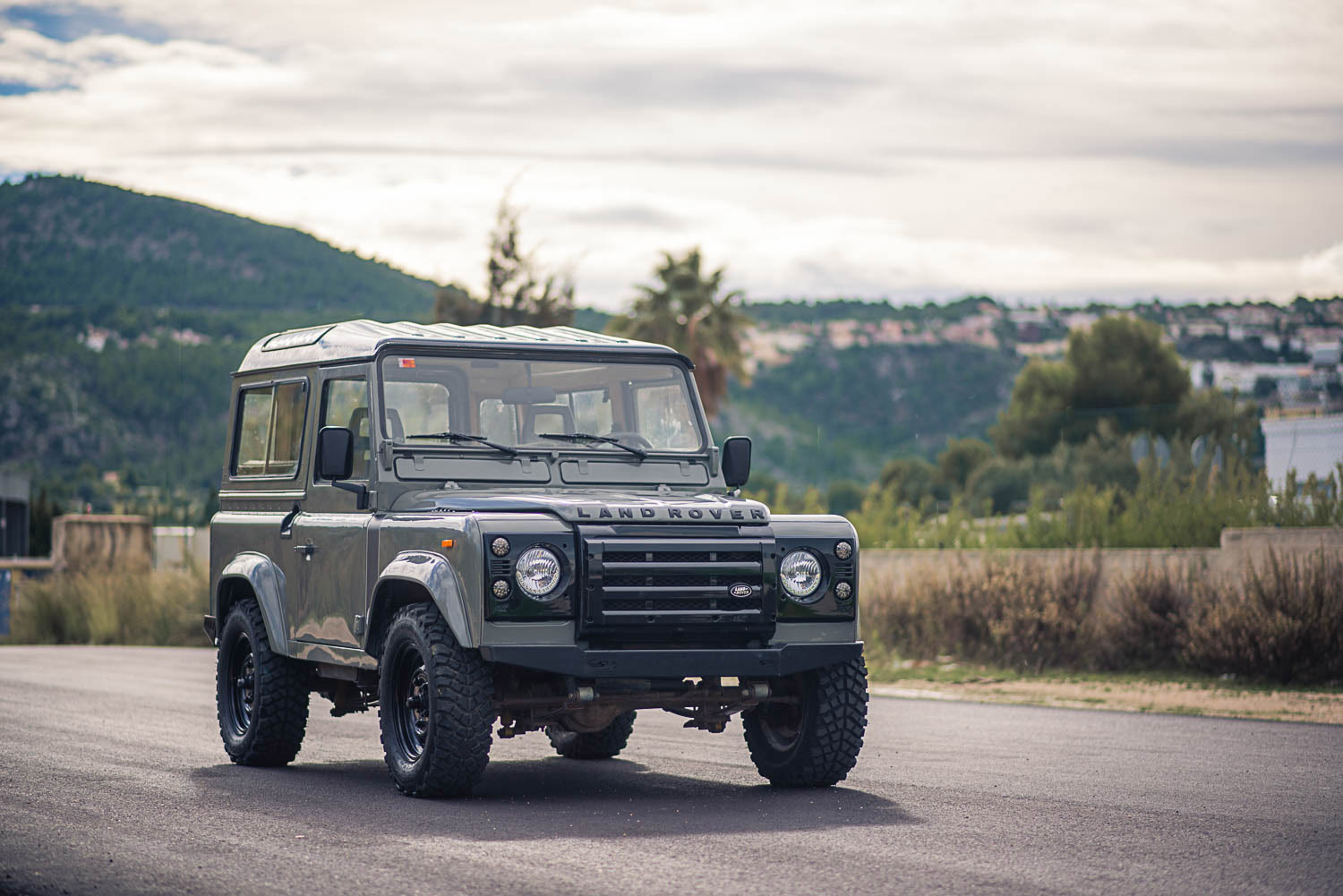 landrover_santana_right_front_1.jpg