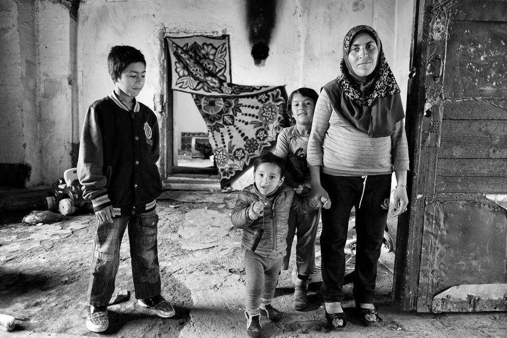 Fushë Kosovë/Pristina, Kosovo. May 2019    Makfire och barnen i ruinen    visa berättelsen >>
