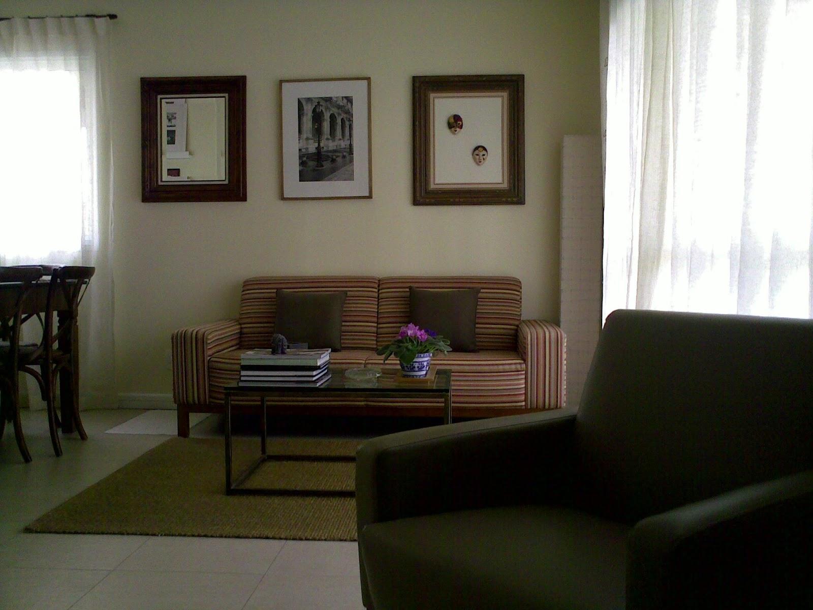 Madeira e Fogo dominavam o ambiente, na mesa de jantar e nas listras do sofá.