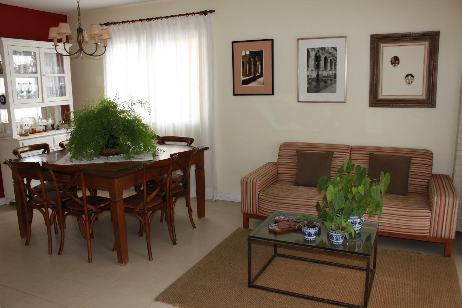 O excesso de objetos e plantas também aumentava a proporção da Madeira.  As paredes em amarelo traziam a Terra e a Água estava presente nos espelhos e vidro da mesa de centro.