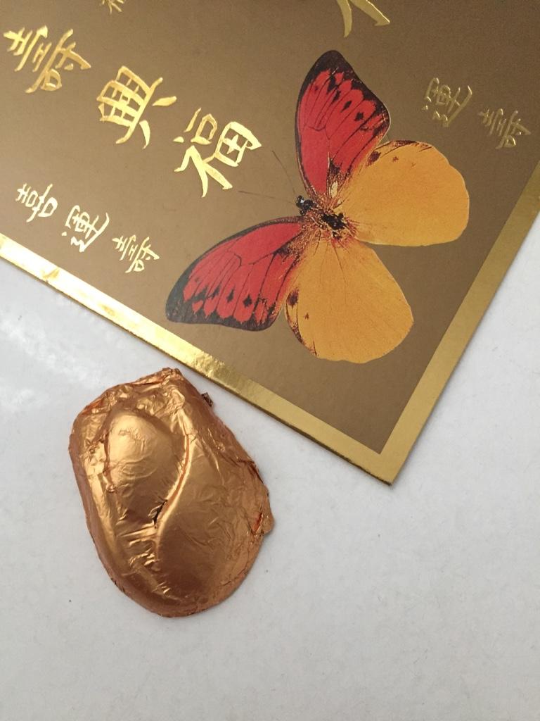 Um cartão de boas vindas com um chocolatinho. Mimada pela amiga, na chegada ao quarto de hóspedes.