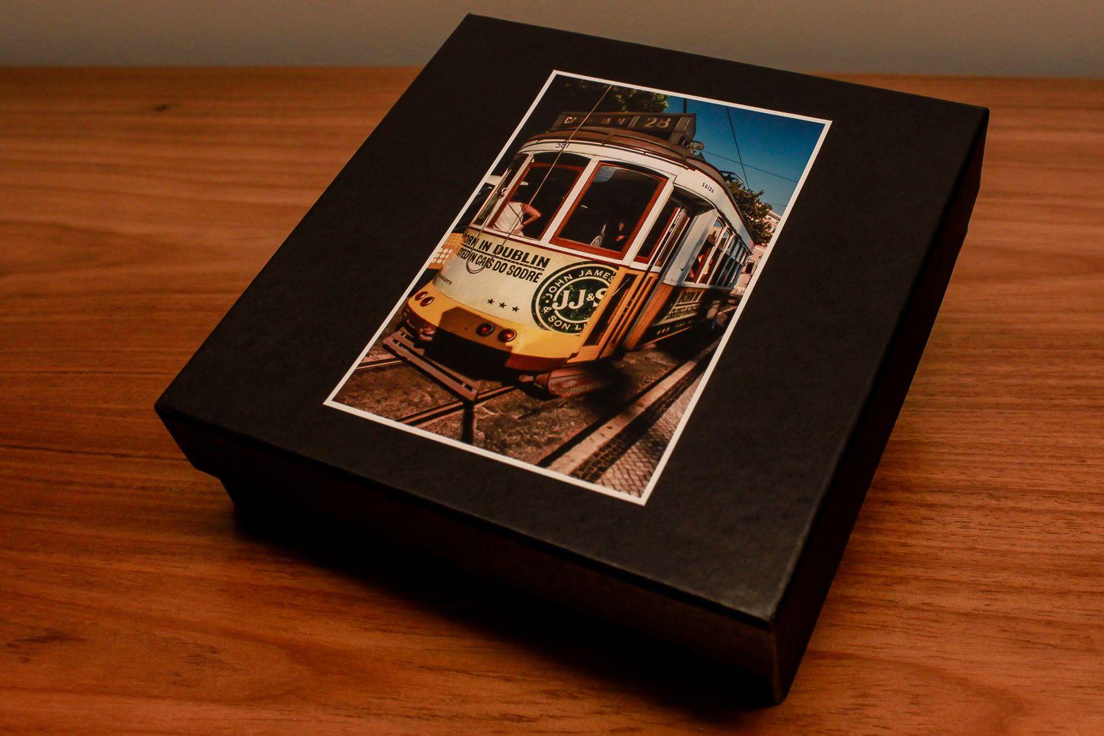 """Com marido fotógrafo, vocês podem imaginar a quantidade de fotos que temos em casa!Além de organizá-las em álbuns, ele criou as """"Caixas de Memórias"""",com uma seleção minuciosa de imagens por temas, que são práticas e decorativas."""