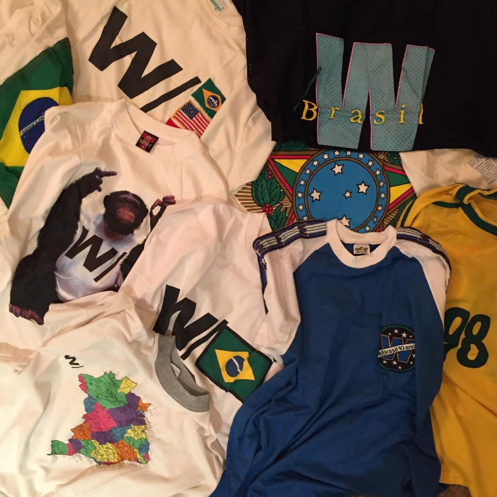 Mantive por muito tempo uma coleção de camisetas de uma agência de publicidade querida, onde trabalhei, por muito anos.Decidi doar para outros admiradores e mantive apenas algumas que estão em uso. Mas antes, fotografei tudo para ter de lembrança.