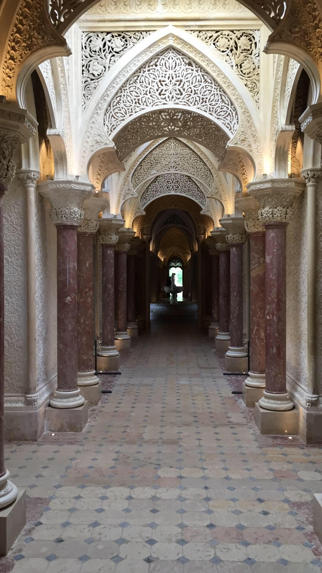Esse magnifico corredor, conecta as três torres do Palácio e liga o hall principal à sala de música, ao fundo. O fluxo do Chi é conduzido pelos diversos arcos que elevam o olhar do visitante e distraem com sua beleza rendada, em tema floral.
