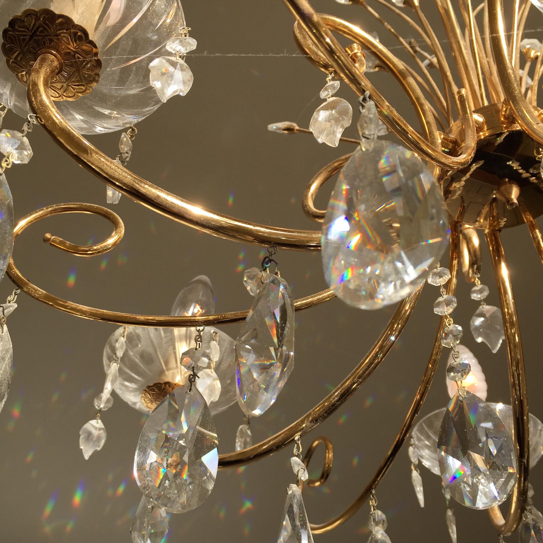 Sol veio brincar com os cristais do grande lustre que mora na Quinta das Murtas.