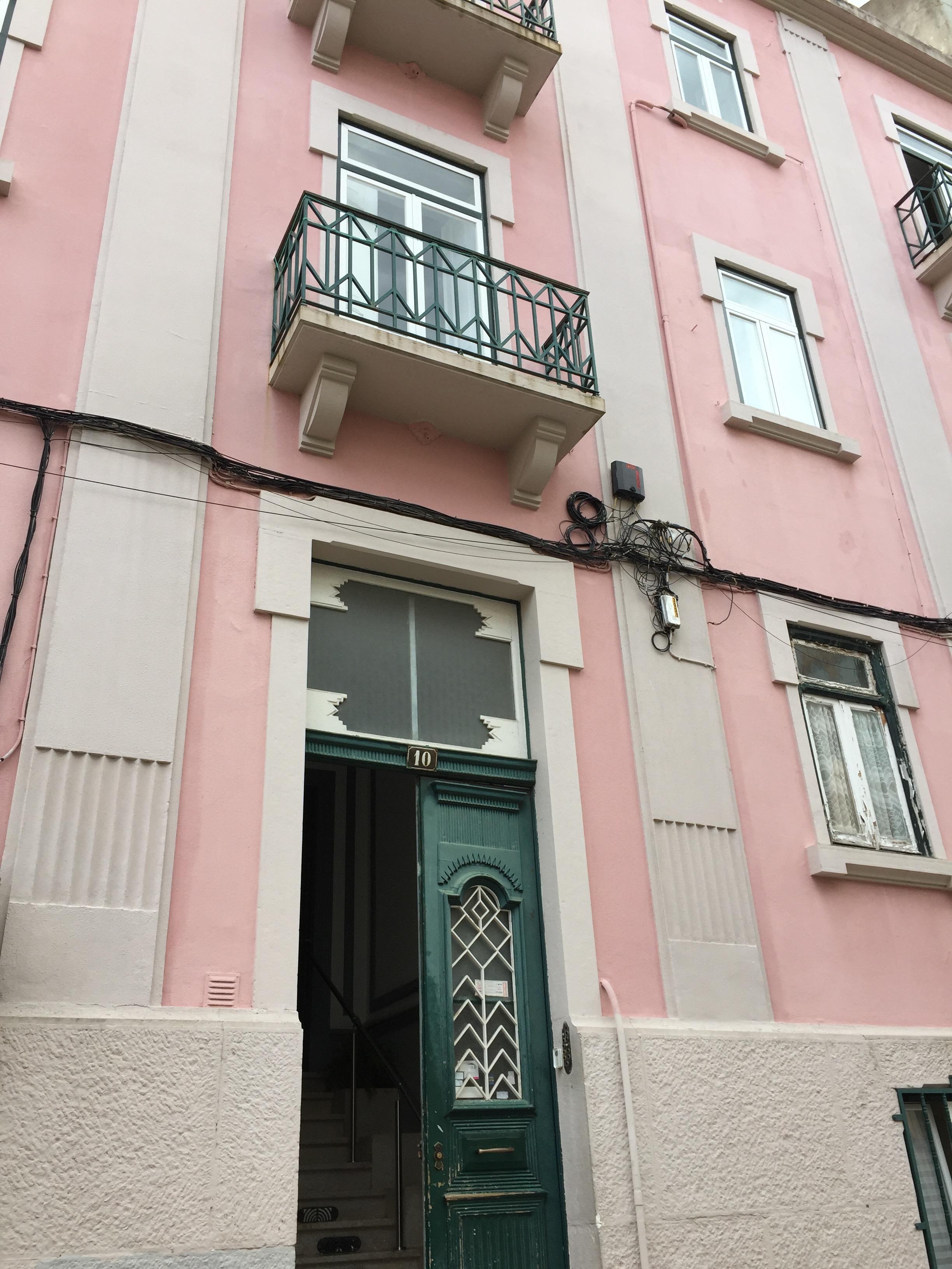 Fachada do edificio onde funciona a Escola Nacional de Feng Shui, em Lisboa.