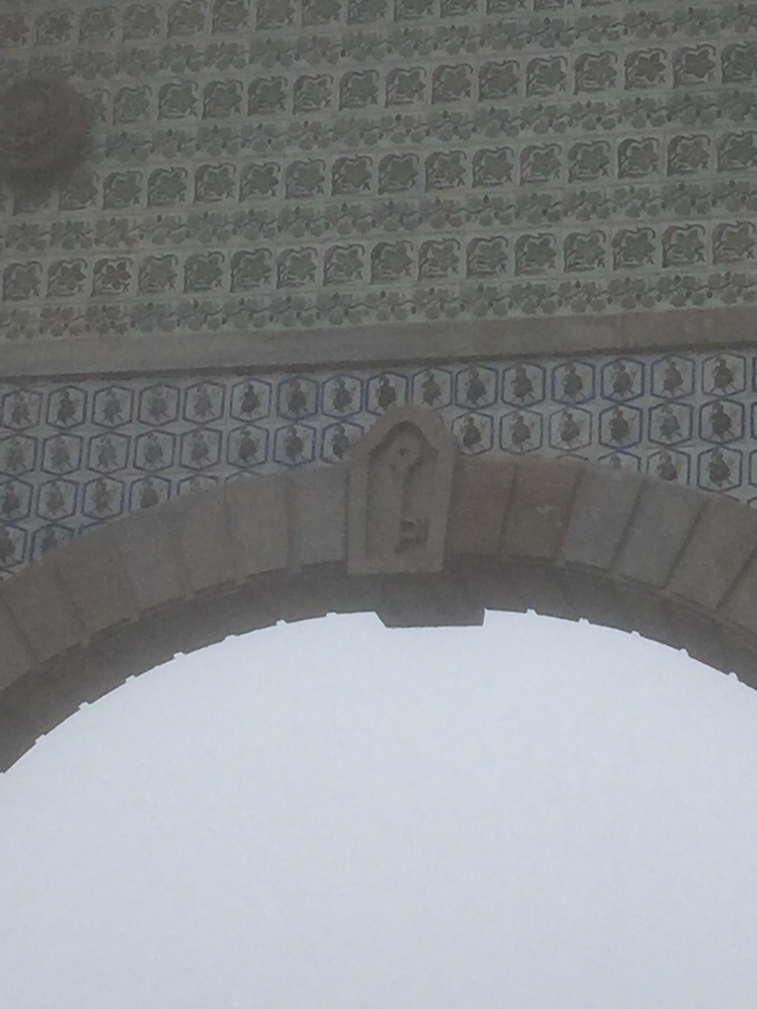 A escultura no pórtico da entrada no Palácio nos lembra que,para alcançar o outro lado,é preciso encontrar a chave.