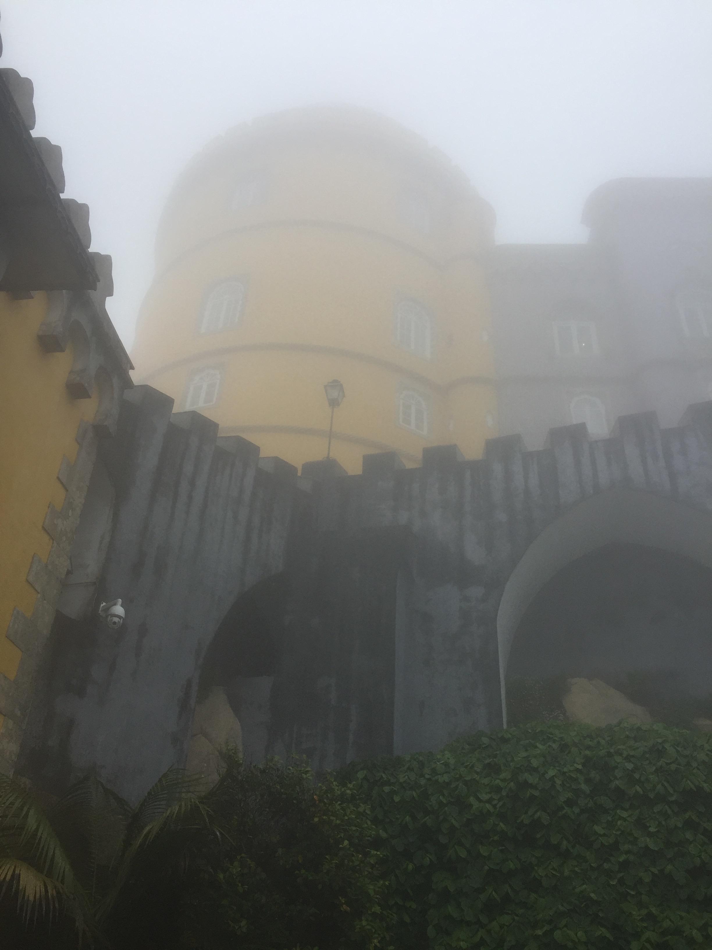 """Palacio da Pena envolto no """"bafo do dragão""""."""