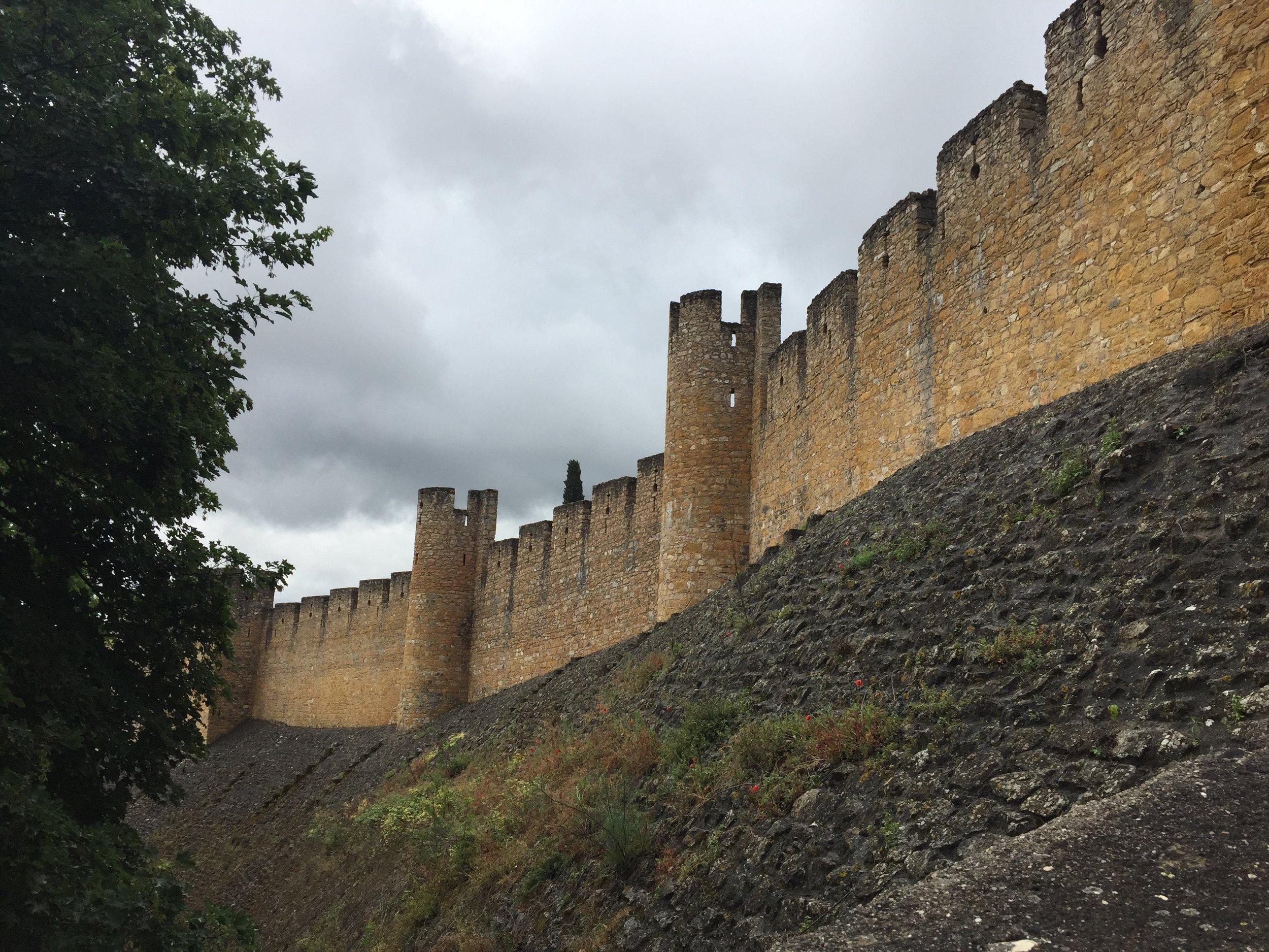 Imponente muralha do Convento de Cristo abraça a mata ao seu redor.